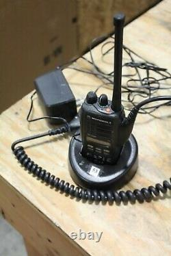 Motorola Ht1250 Vhf Radio Dans Les Deux Sens Aah25kdf9aa5an Avec Chargeur De Batterie