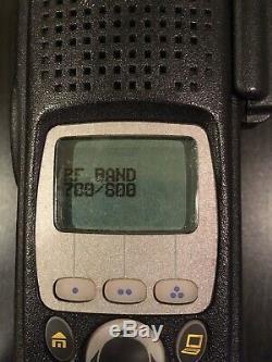 Motorola Xts5000 Two Way Radio Apco 25 Numérique Withcharger, Mic, Batterie Et Antenne